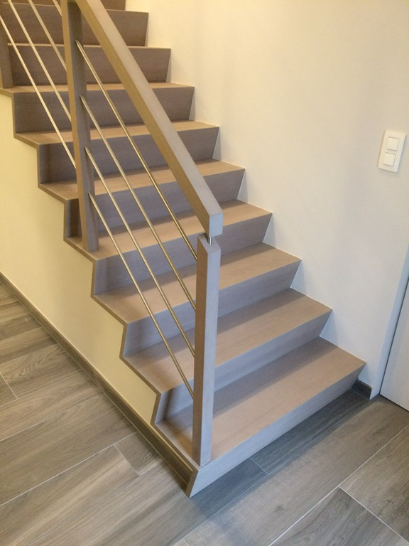 Moderne trap met houten aluminium balustrade new signature - Moderne metalen trap ...